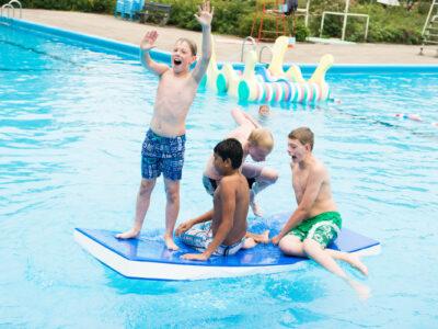 Leren en plezier hebben in het zwembad